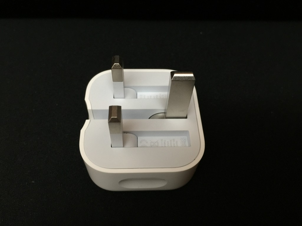 充電器腳部採用折疊式設計,完全可以摺埋,方便攜帶