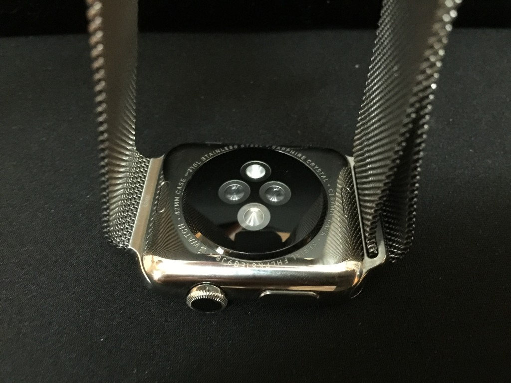 Apple Watch 底部設有感應器及充電接頭