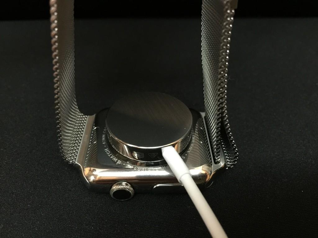 把充電線磁力接頭放上錶底就會自動吸住充電