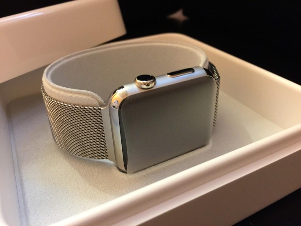 打開盒蓋,Apple Watch 緊緊捲著錶托