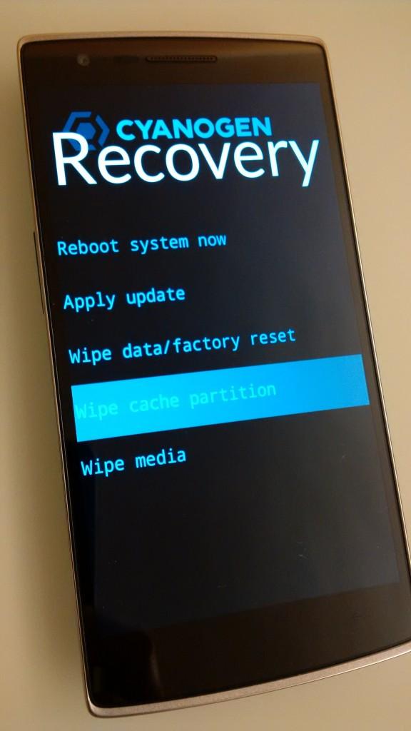 10. 完成後會自動返回 Recovery menu,接著選擇 Wipe cache partition,把系統及 apps 的緩衝資料刪除。這步驟不會刪除用戶資料。