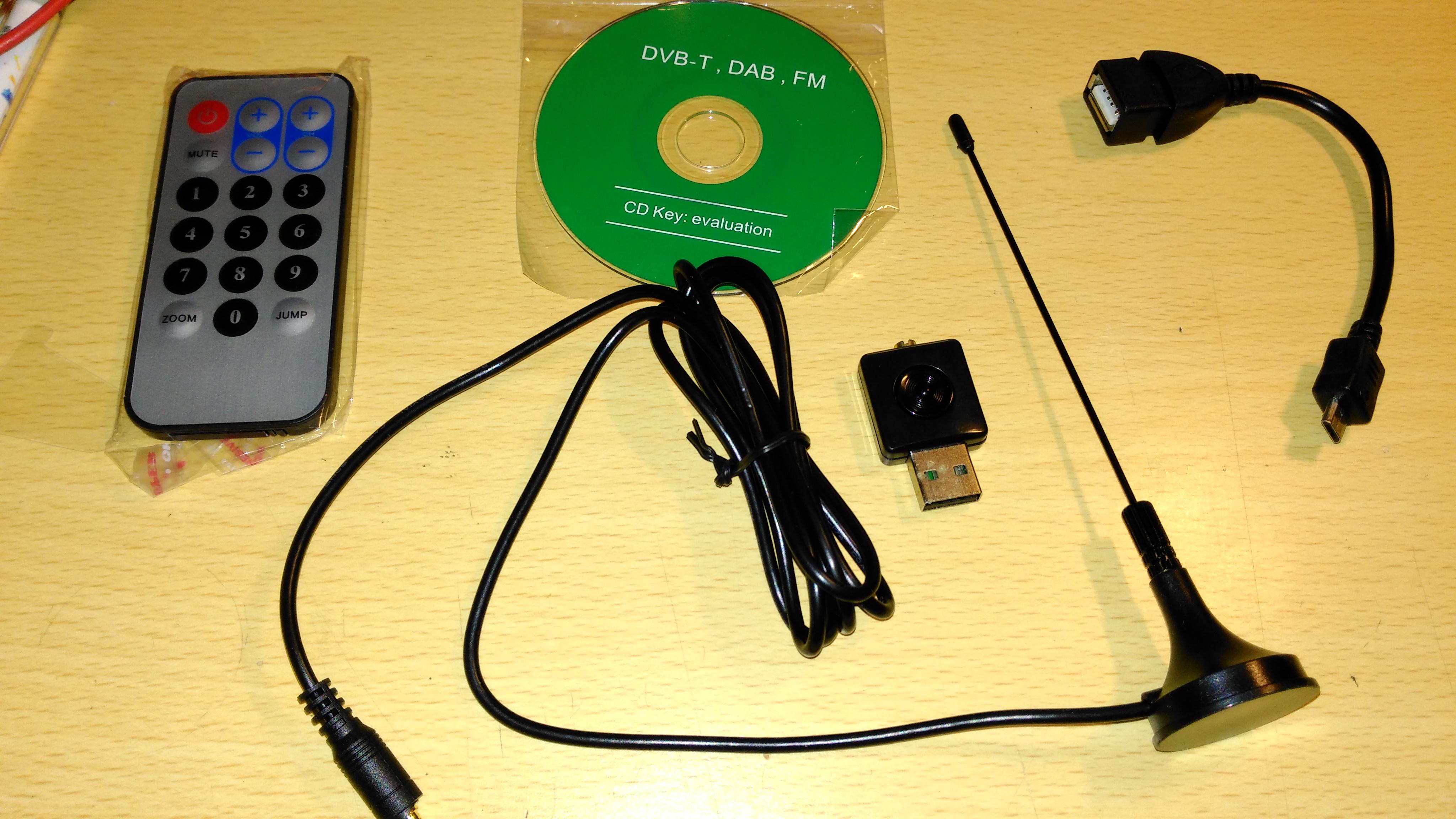 在淘寶以四十多元人民幣買得的 USB RG2832U-R820T Dongle,有齊遙控及天線